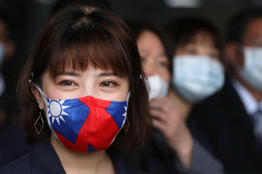 2020年3月30日台灣桃園,一名員工戴著台灣國旗的口罩,以預防2019冠狀病毒病。 攝:Ann Wang/Reuters/達志影像