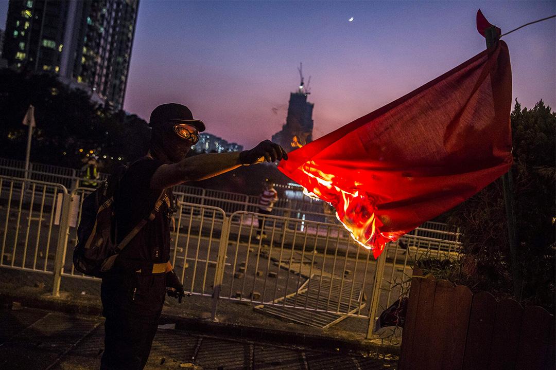2019年10月1日,國慶日示威者於沙田放火燒中國國旗 。 攝:Isaac Lawrence/AFP via Getty Images