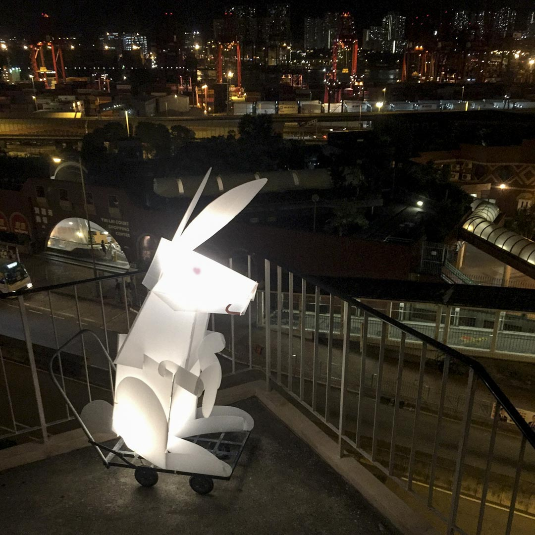 競選期間適逢中秋,王天仁造了一個巨型玉兔燈籠,推著它在荔景遊走、與居民傾談。