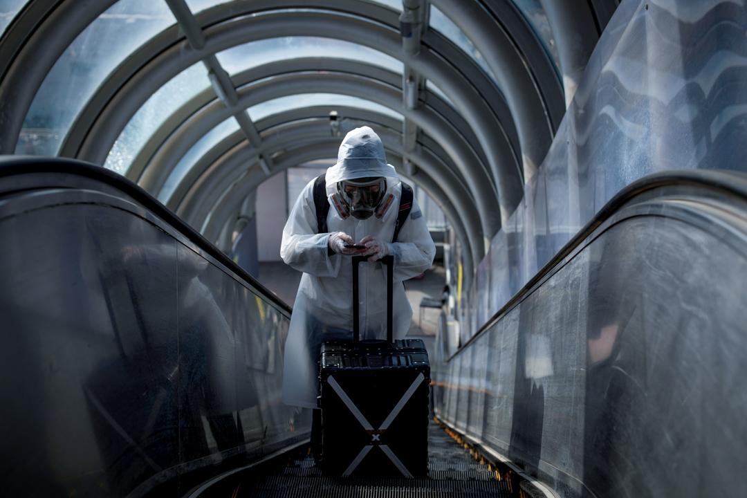 2020年3月20日,北京車站一個乘客拿著行李箱經過。 攝:Thomas Peter/ Reuters/ 達志影像