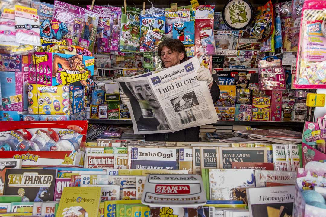 2020年3月10日意大利薩勒諾,你一名女子在意大利報紙檔內讀報紙。