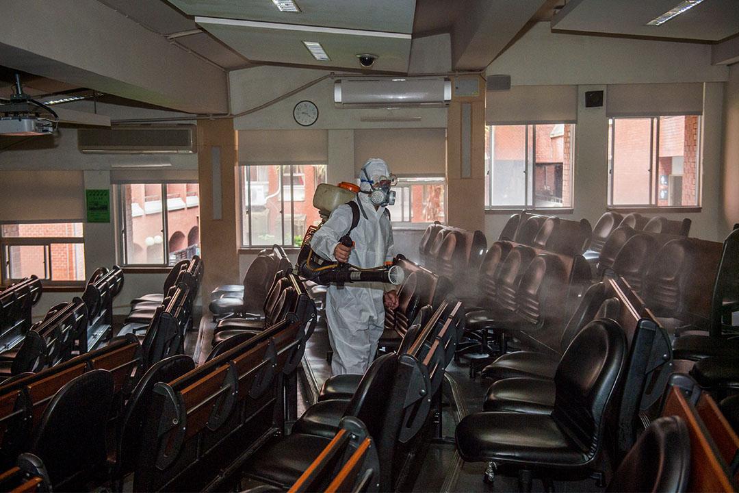2020年4月17日,國立台灣師範大學一名身穿防護衣的工作人員噴灑消毒劑,以預防2019冠狀病毒。
