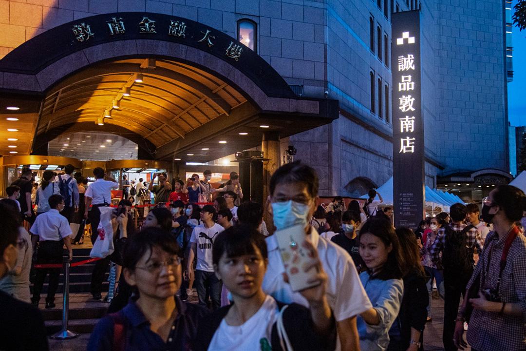 2020年5月30日敦南誠品,不少市民於結業前前來拍照留念。 攝:Eason Lam/端傳媒