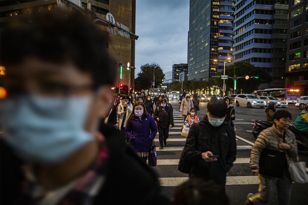 2020年3月6日台北,市民在放工時間下班。