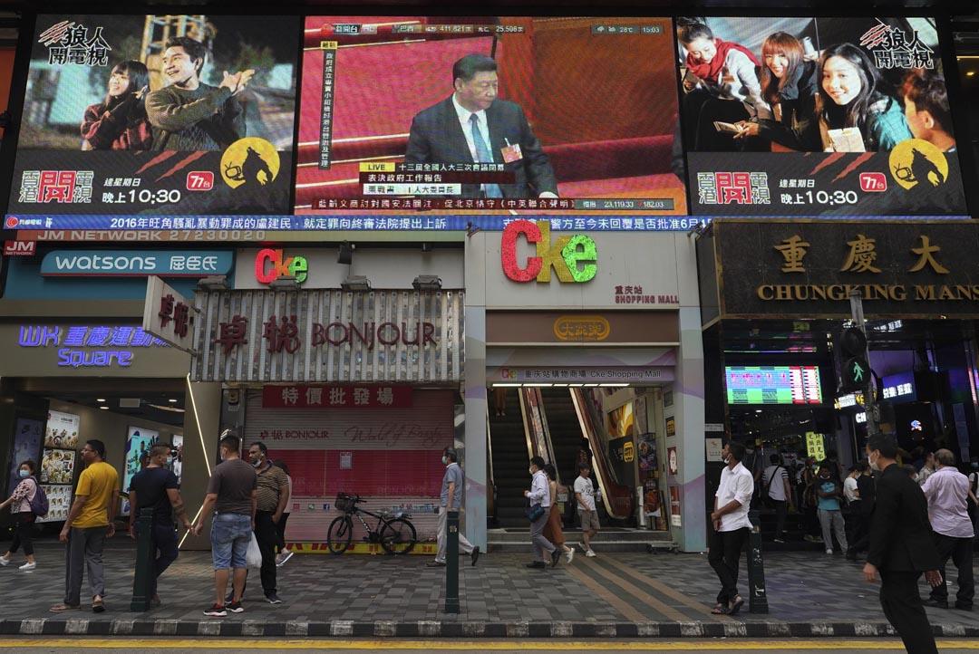 2020年5月28日,香港一幢大廈的電視上播放著國家主席習近平出席第十三屆全國人大第三次會議閉幕式。 攝:Vincent Yu/AP/達志影像