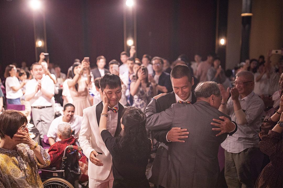 2019年5月26日高雄,一對同志戀人日本人AZ(右)與台灣人盈任(左)於婚禮接受親友祝福。