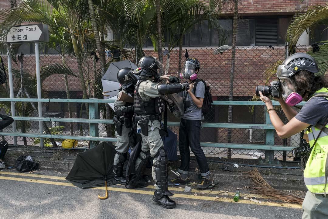 2019年11月18日,攝影記者鄭子峰在理工大學外的採訪現場被警察阻止拍攝。