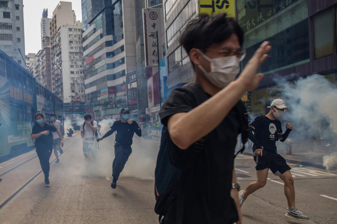 2020年5月24日,市民在香港島一帶發起反對國安法及國歌法遊行,防暴警以催淚彈驅散。 攝:陳焯煇/端傳媒