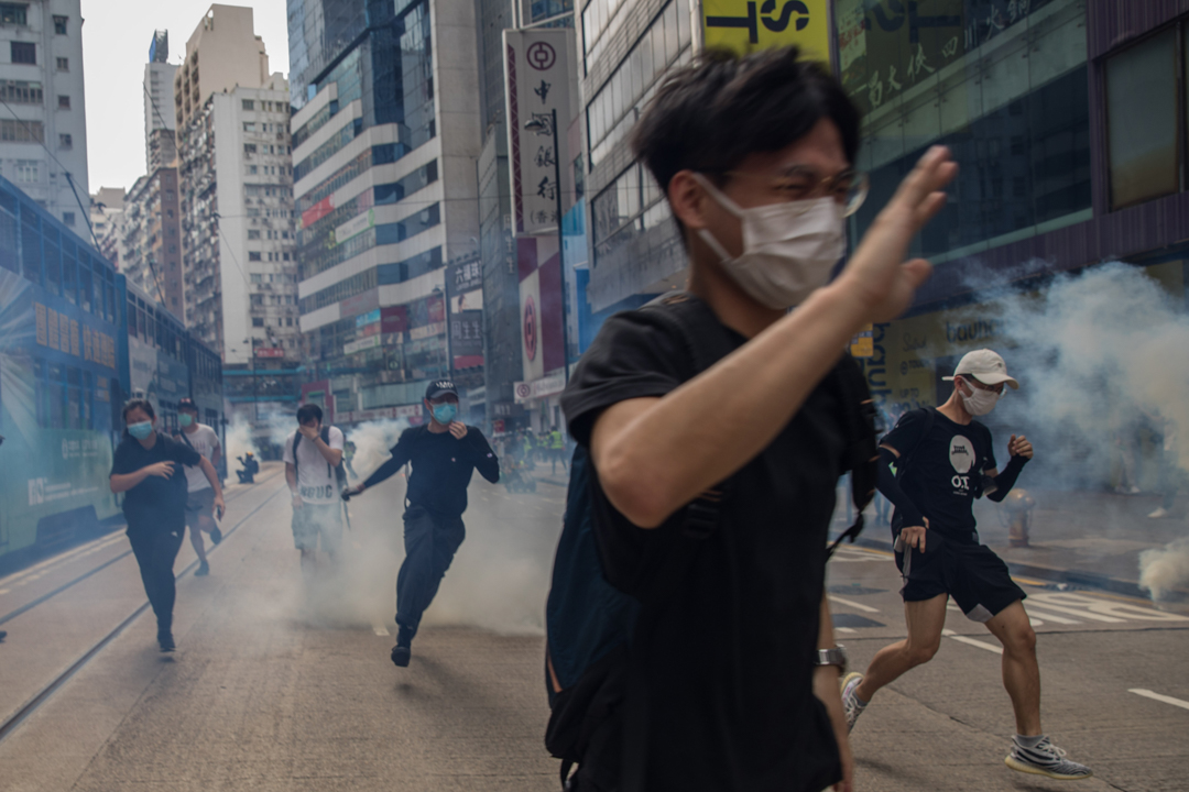 2020年5月24日,銅鑼灣,全國人大為香港制定《港區國安法》的草案,加上香港立法會就《國歌法條例草案》進行二讀辯論,網民遂發起遊行示威,警方釋放催淚彈,驅散聚集的市民。