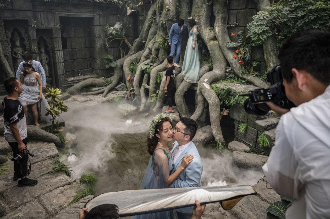 北京情侶們在一個以吳哥窟為主題場景的地方拍攝婚紗照。 攝:Fred Dufour/AFP via Getty Images
