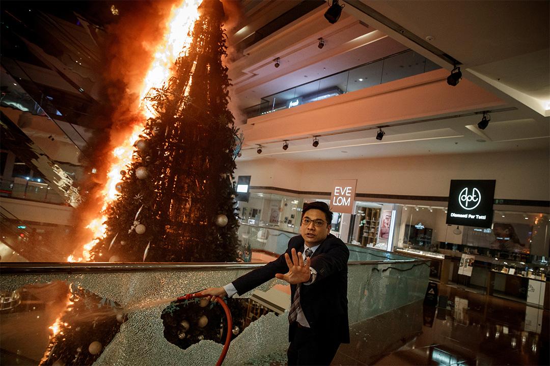 2019年11月12日香港九龍塘,購物中心保安人員在又一城購物中心試圖撲滅一棵燃燒聖誕樹的火。