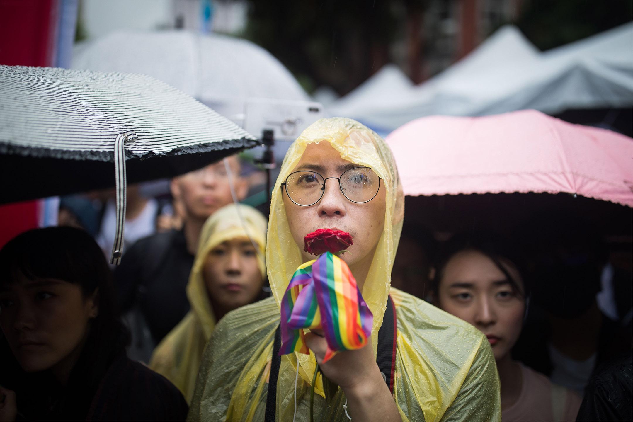 2019年5月17日,台灣同志婚姻法案於立法院進行逐條討論和表決,立法院外挺同團體發起集會,超過4萬人參加,參加者在雨中等候結果。 攝:陳焯煇/端傳媒