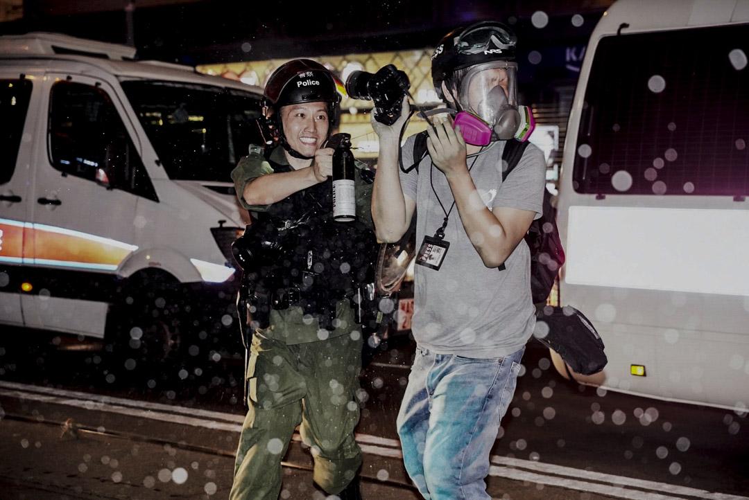 2019年9月29日,端傳媒攝影記者林振東於採訪期間突然被一名防暴警察故意用胡椒噴劑直接噴向面部。