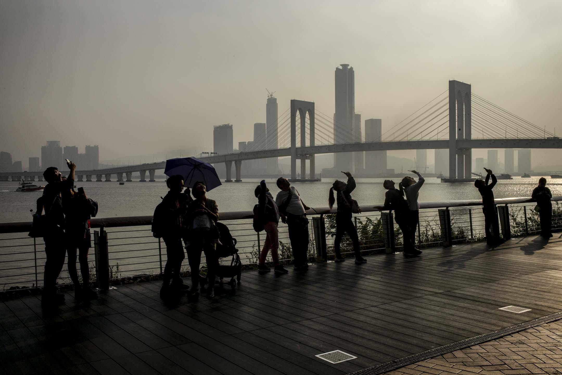 2019年12月,澳門一群市民望向天空。 攝:林振東/端傳媒