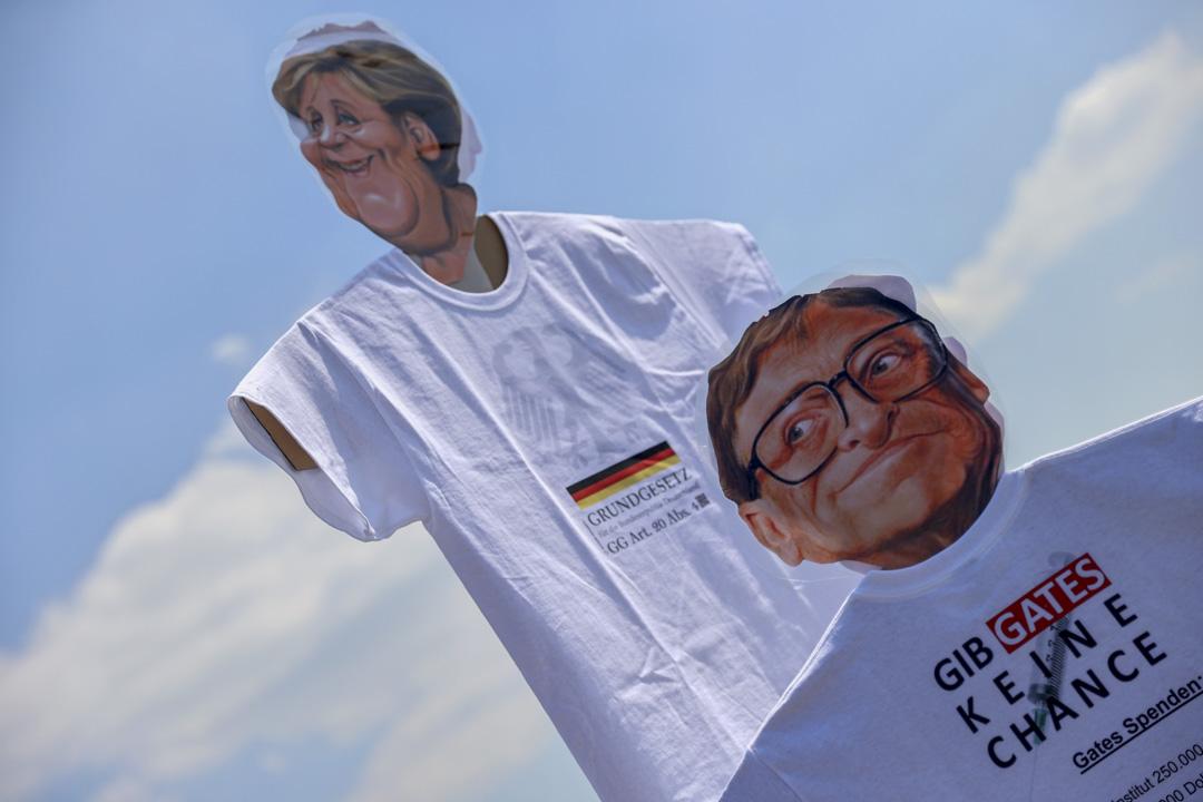 2020年5月16日,德國有市民抗議政府的限制令,其中的示威紙牌有德國總理默克爾和比爾·蓋茨(Bill Gates)的肖像。