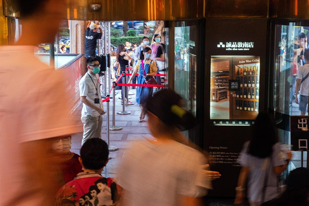 2020年5月30日敦南誠品,不少市民於結業前前來看書。 攝:Eason Lam/端傳媒