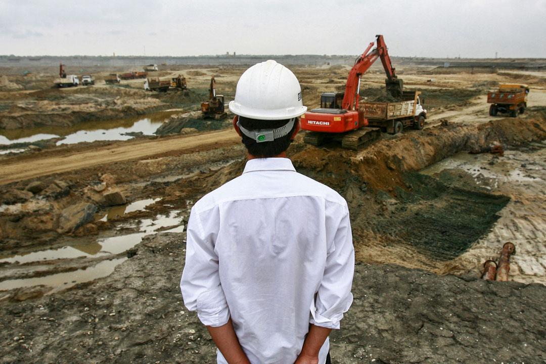 2010年3月24日,一位中國工程師在漢班託塔(Hambantota)港口的施工現場進行開挖過程。