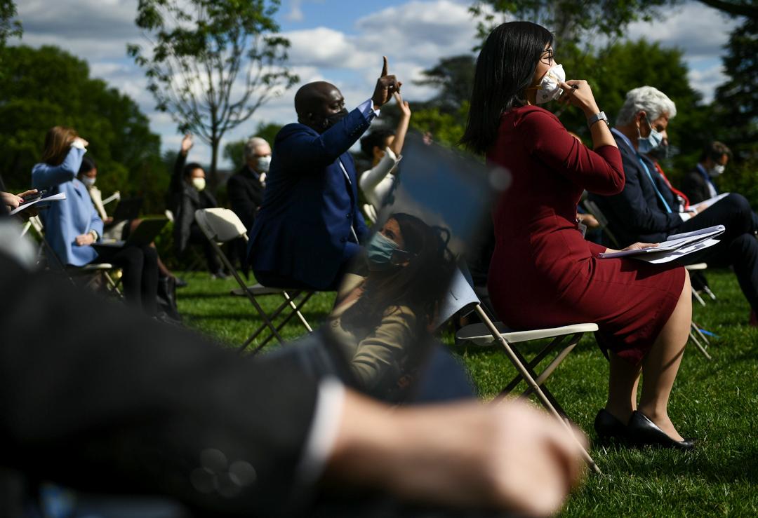 2020年5月11日,美國白宮一個記者會中,記者向總統特朗普提問。 攝:Brendan Smialowski / AFP via Getty Images