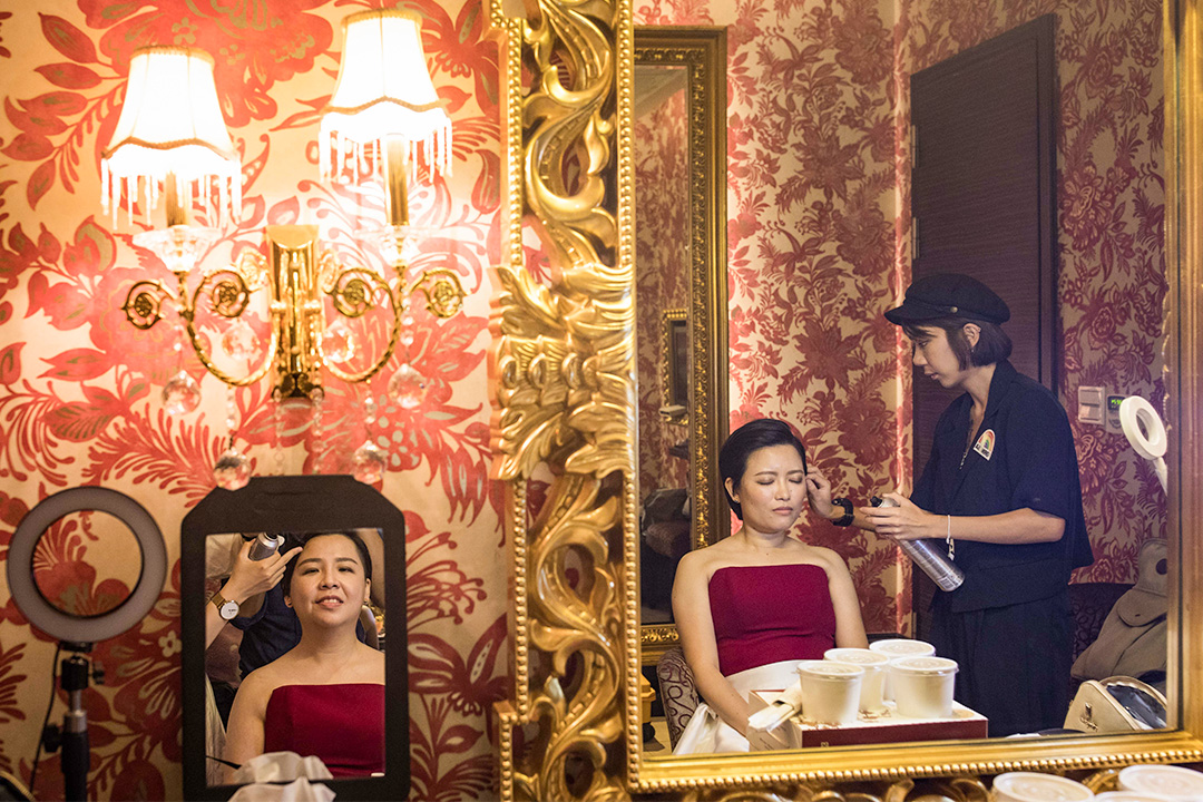 2019年6月9日台中,一對已登記成婚的女同志林阿比和王蘇摩在婚禮前化妝。