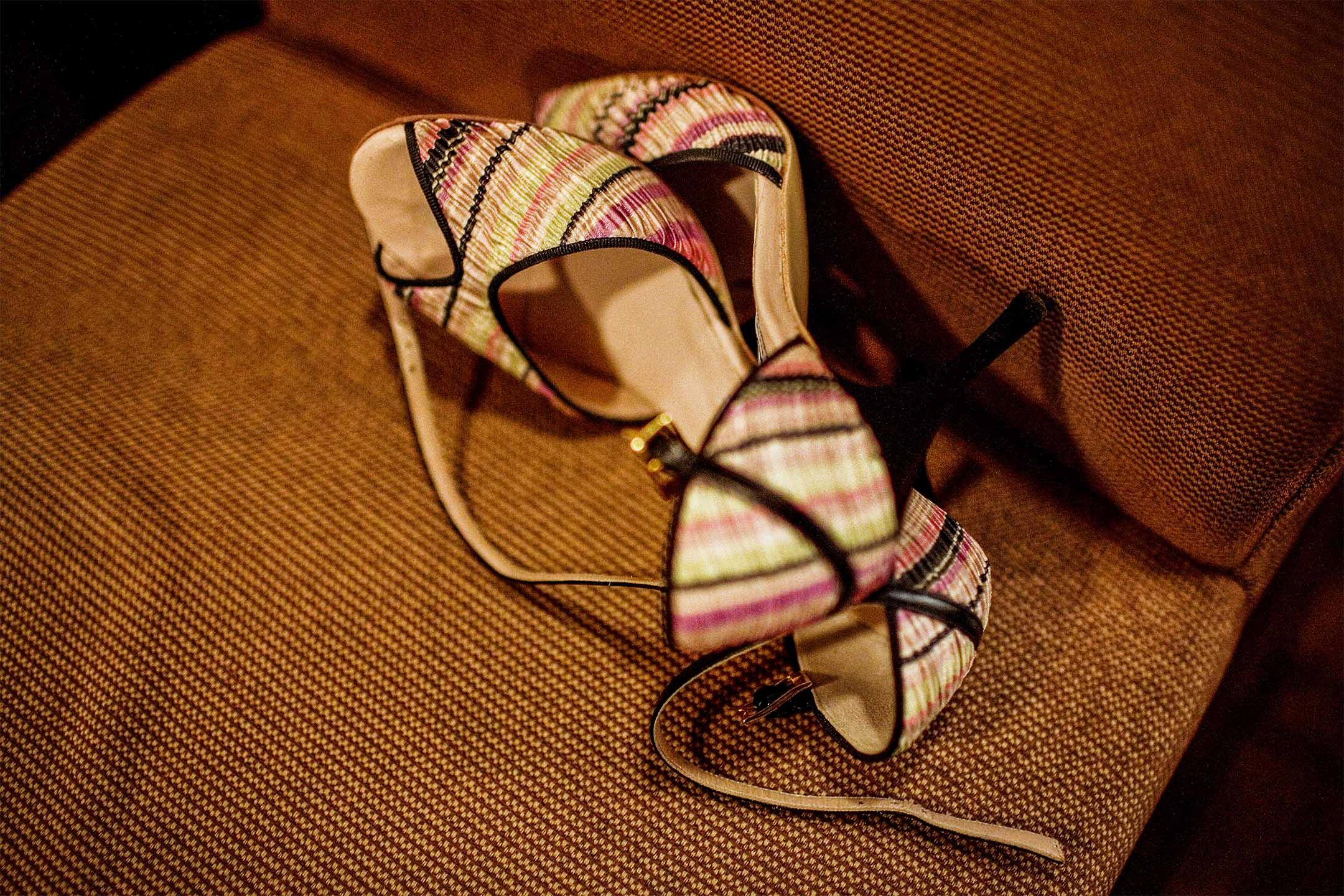 一對高跟鞋放在沙發上。