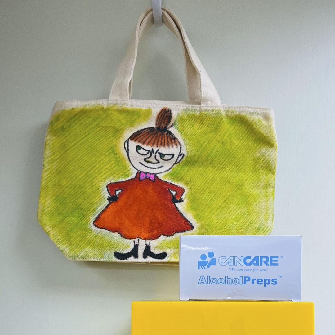 羅偉珊在疫情期間設立物資轉贈站。一位街坊為報答獲贈酒精紙巾之恩,送上自己親手畫的布袋。
