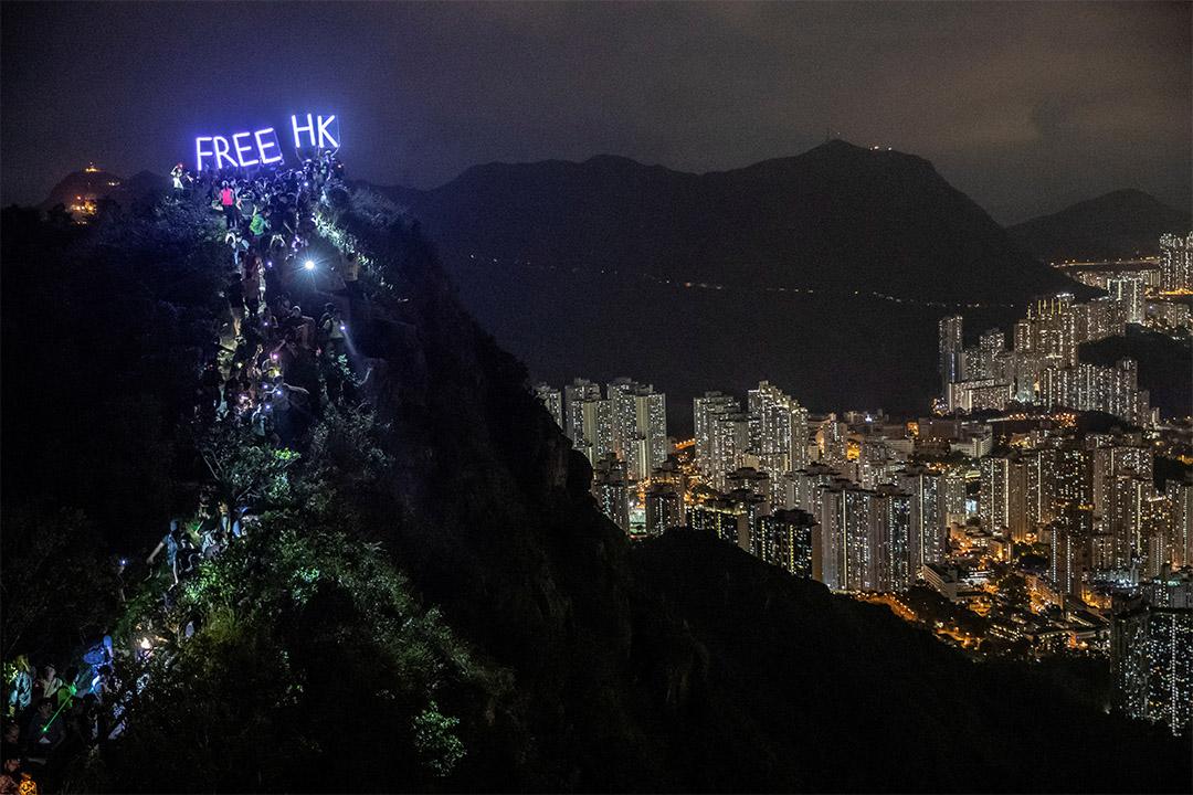2019年9月13日香港,數以百計的示威者登上獅子山,FreeHK字樣高舉在空中。