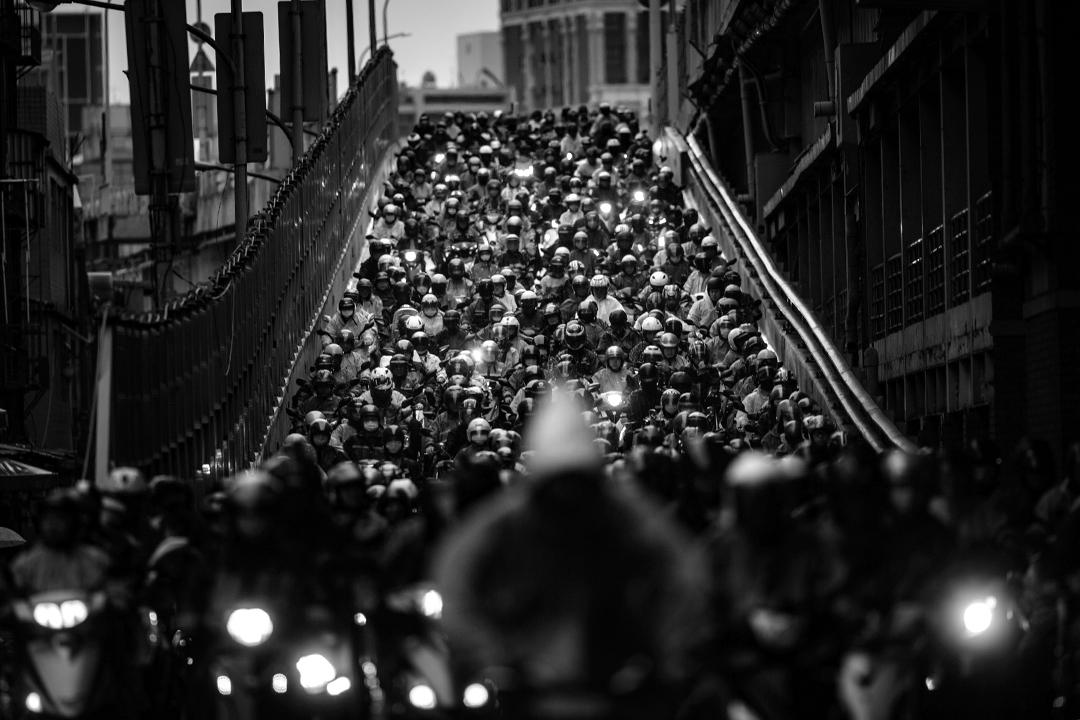 2020年3月21日台北,每天早上市民騎著機車由三重方走向台北,於疫情不算嚴重的台灣,不少市民照常上班。