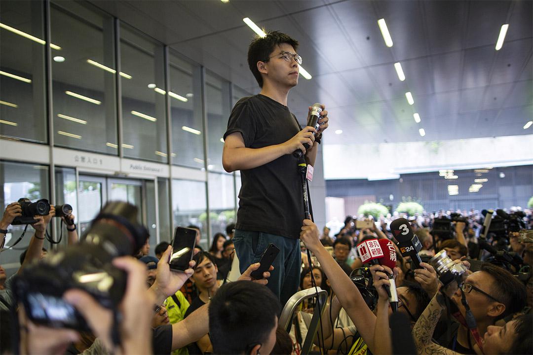 2019年6月17日金鐘,剛出獄的黃之鋒現身立法會一帶鼓勵示威者。