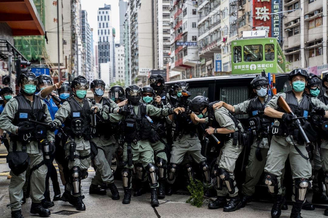 2020年5月24日,市民在香港島一帶發起反對國安法及國歌法遊行,防暴警察向示威者發射象膠子彈。