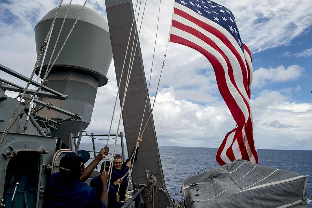 2014年6月28日南中國海附近,菲律賓海軍和美國海軍的雙邊演習中,艦上的美國海軍升起美國旗。