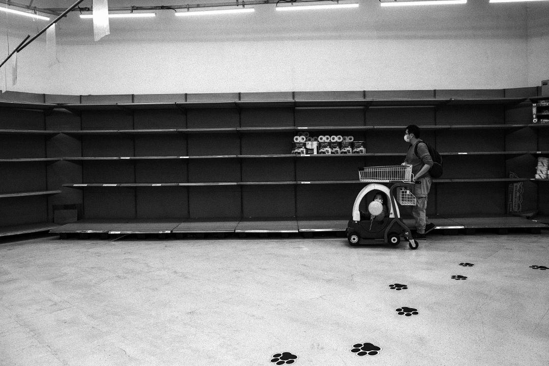 2020年3月20日,新北蘆洲的一間超市,市民搶購衞生紙後,剩下空蕩的貨架。疫情持續升溫之下引起民眾恐慌,台灣某些賣場超市掀起搶購潮。