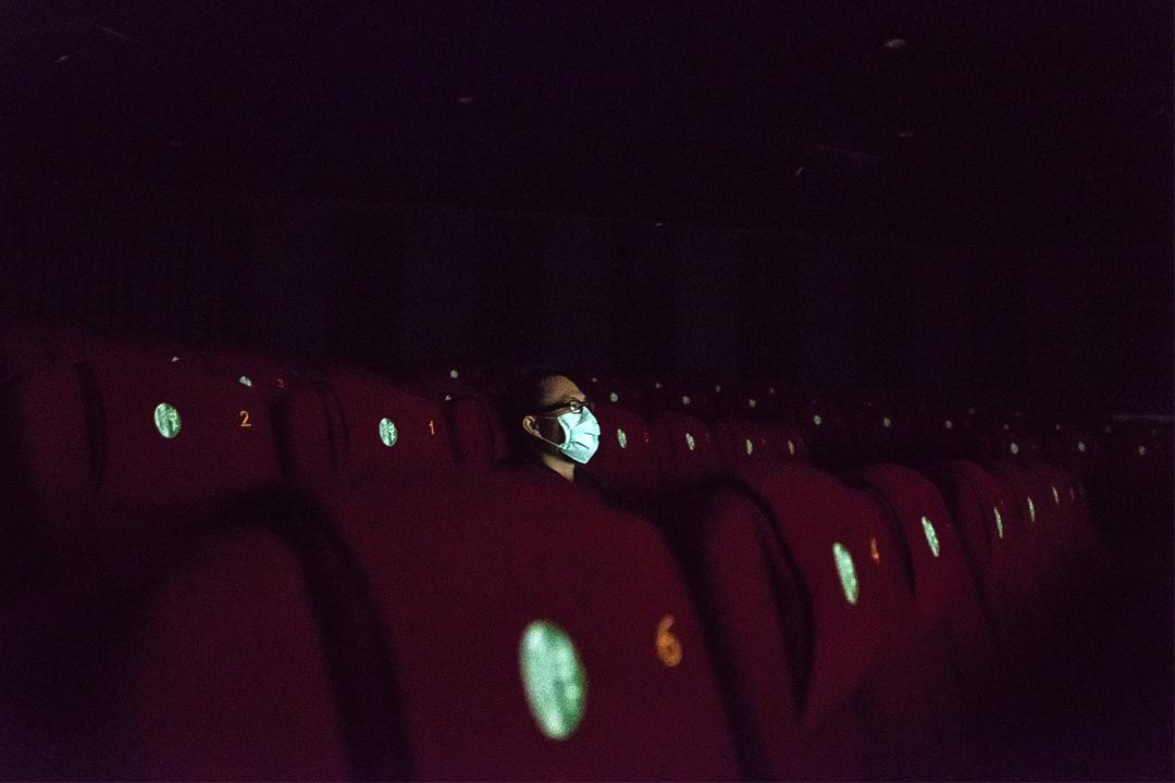 2020年3月3日台北,一名觀眾在人少的電影院內看電影。 攝:陳焯煇/端傳媒