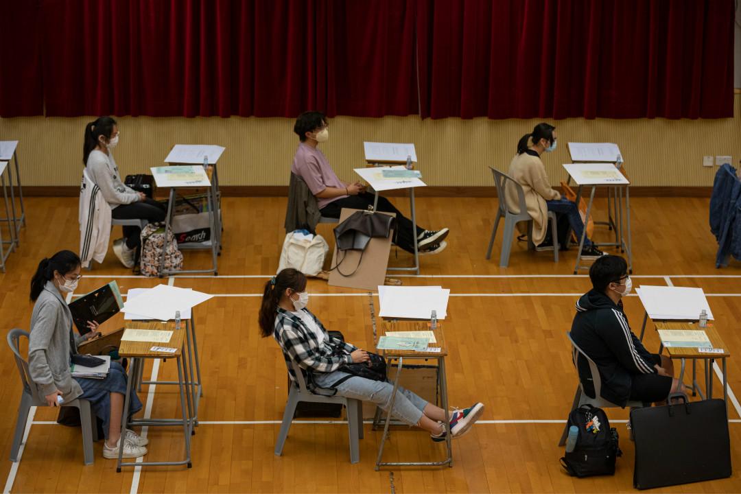 2020年4月24日,香港中學文憑考試(DES)考場,學生戴口罩、保持較大間距答題。 攝:Anthony Kwan/Getty Images