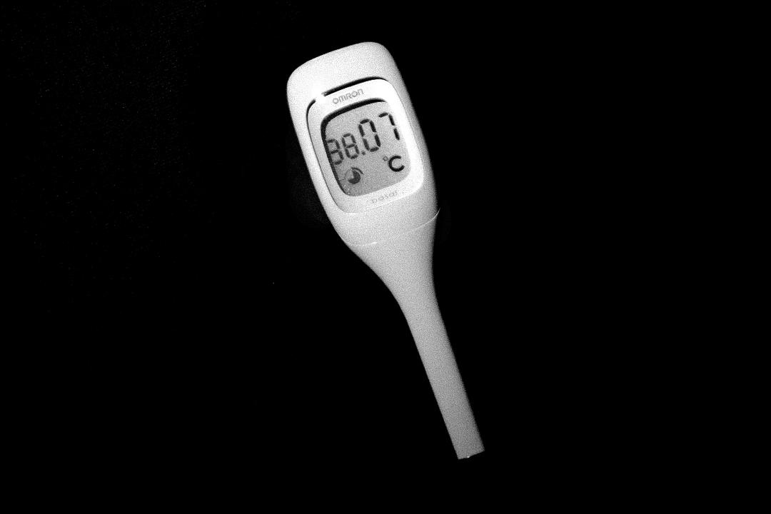 2020年4月5日台北,額溫槍一度需求高,更限制出口,不時測量自己的體溫成為生活習慣。圖為市面買到一支口探的電子探熱針。