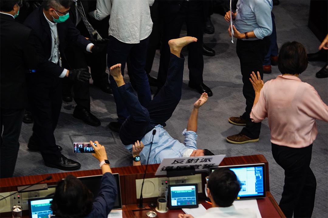 陳志全遭保安推倒地上。