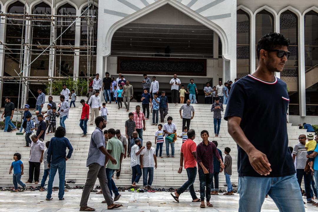 2019年12月13日,馬爾代夫馬累一座清真寺外,參與主麻日的信徒正在離開。