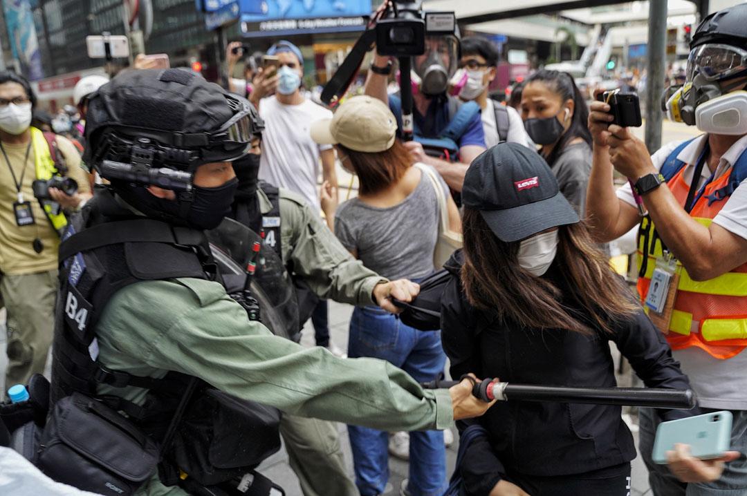 2020年5月27日,中環防暴警察制服市民。