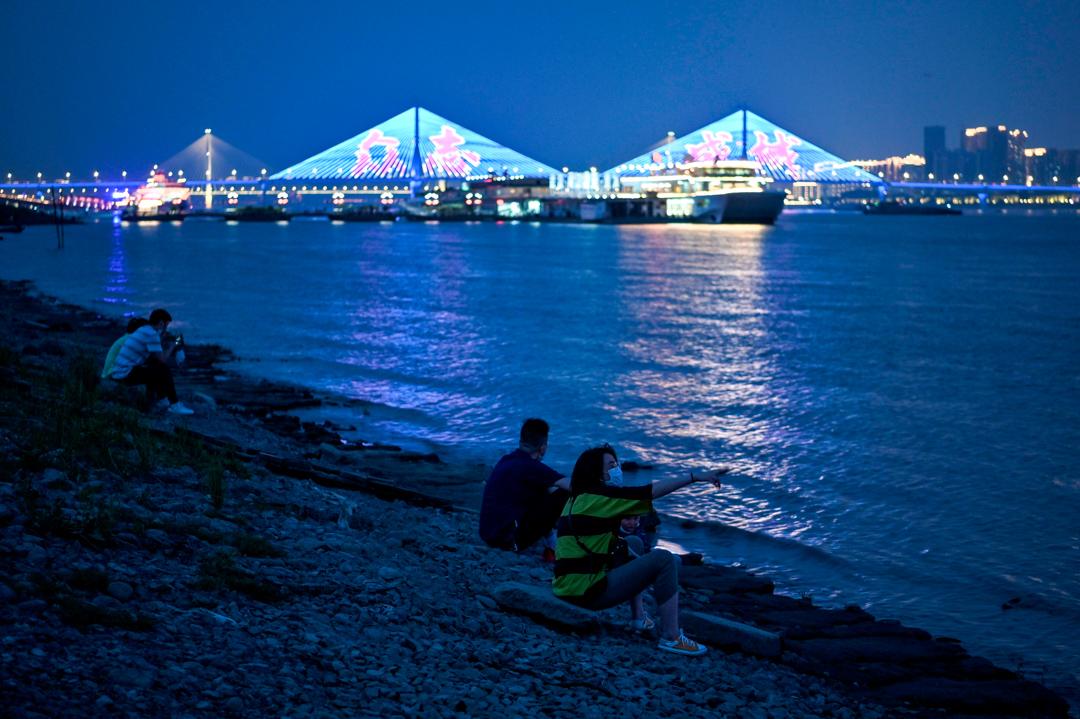 2020年5月16日,武漢的民眾在長江河邊休憩。