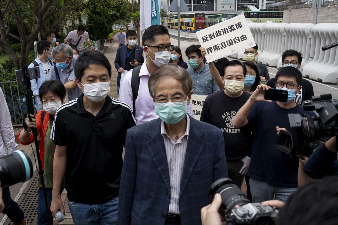 2020年4月18日,警方拘捕15名民主派人士,其中一名被捕人、民主黨創黨主席李柱銘於下午近5時,獲准以1000元保釋離開中區警署。
