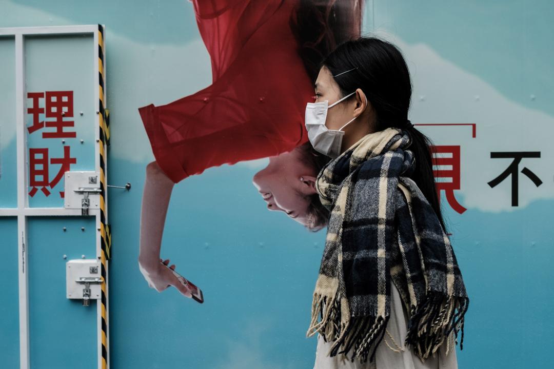 2020年3月18日,香港一名女子戴著口罩。