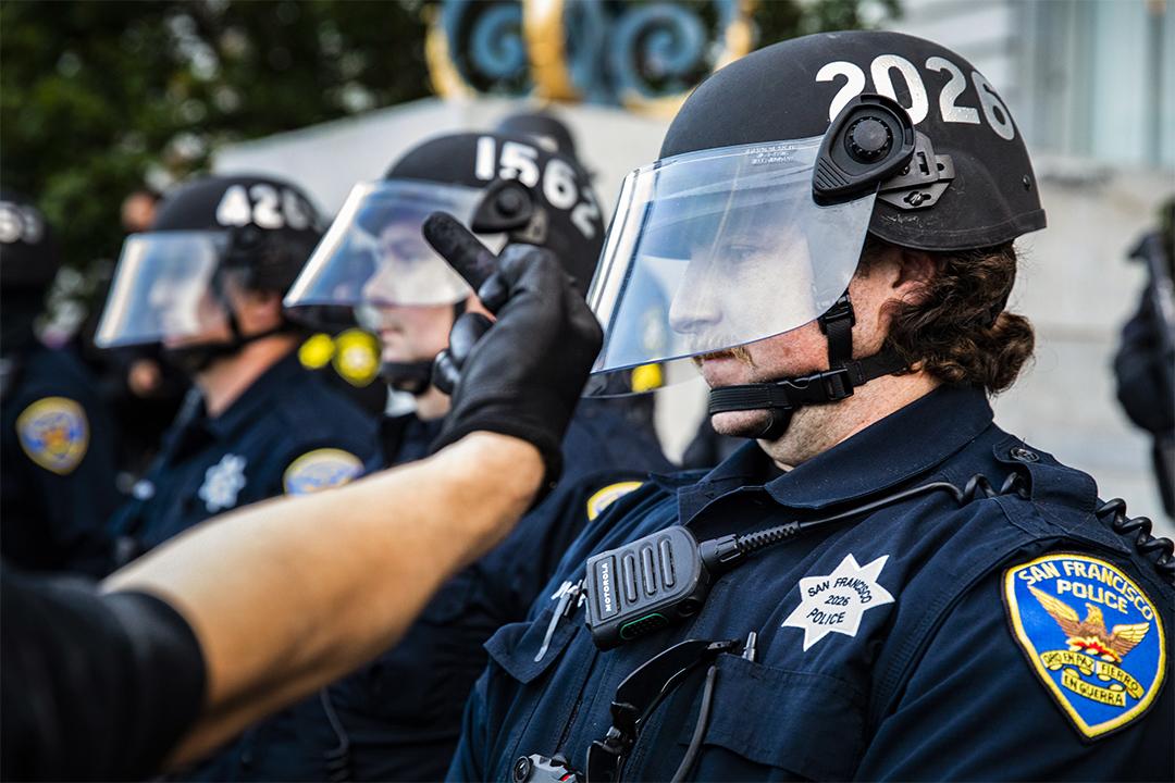 2020年5月31日加利福尼亞州舊金山市政廳外,示威者嘲諷市政廳外的一名警員。
