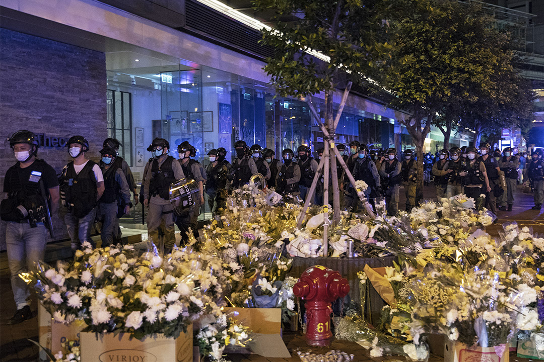 2020年6月15日金鐘太古廣場,大量市民念因反修例運動而自殺的梁凌杰後,警察在深夜驅散市民。