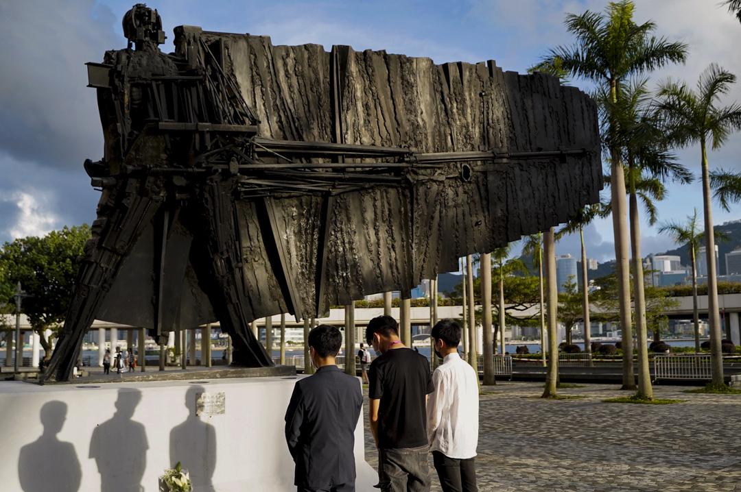 2020年6月4日,尖沙咀有人於自由戰士雕像向六四死難者獻花。
