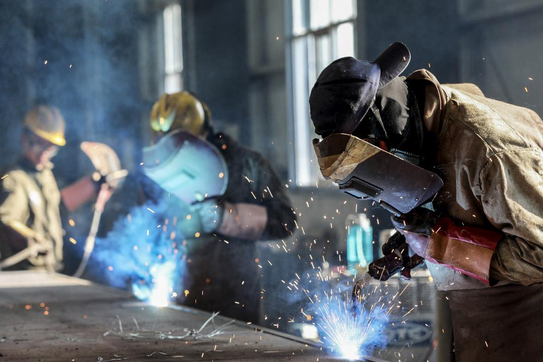 2018年5月3日,中國安徽東部淮北的一家工廠,工人切割鋼材。
