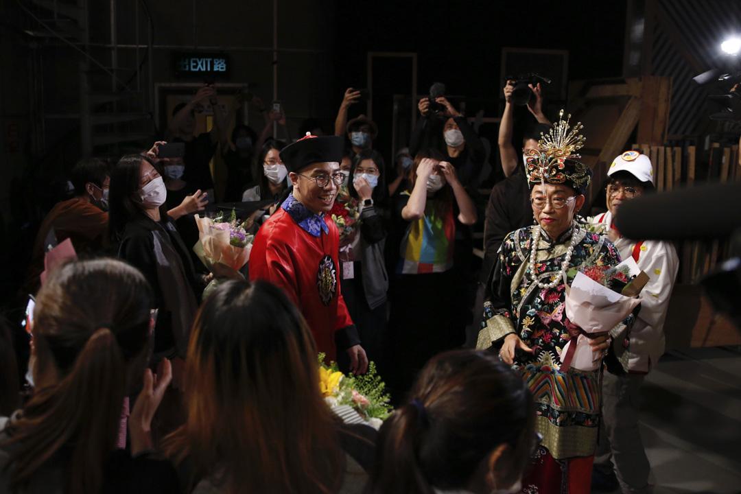 吳志森、曾志豪向製作團隊成員獻花。