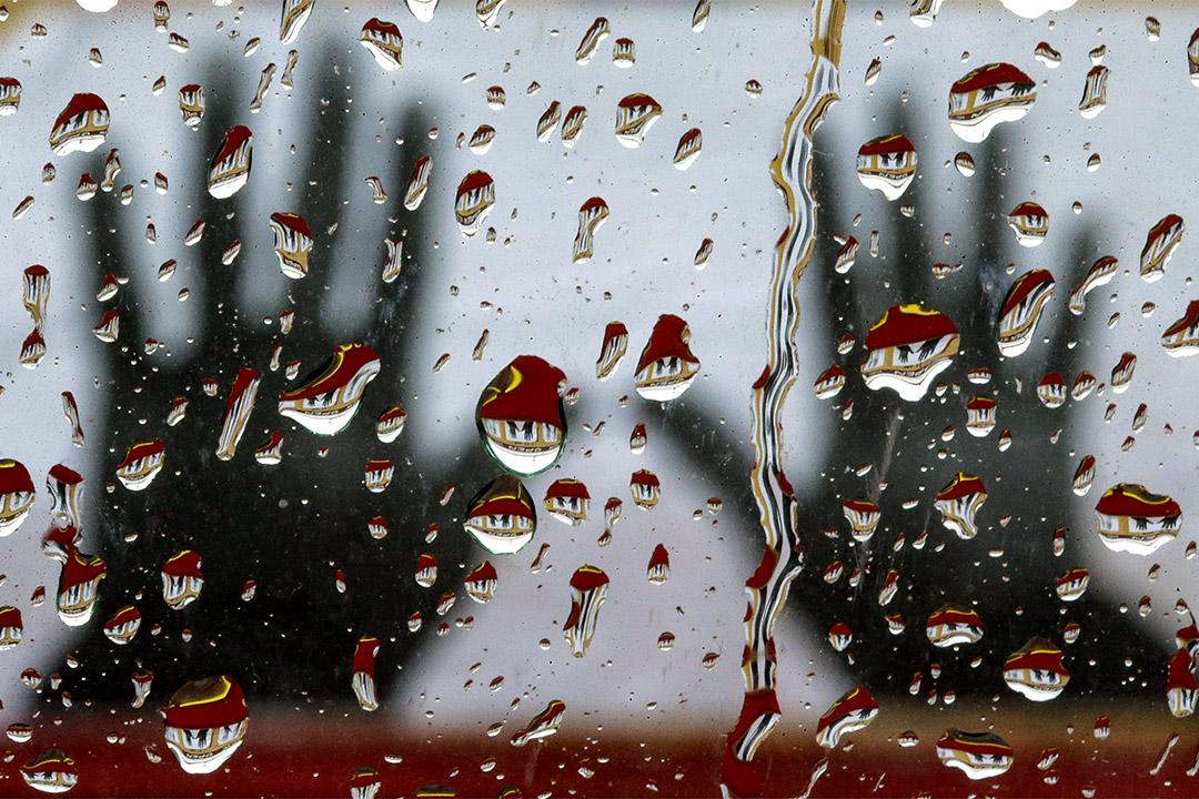 2014年11月23日密蘇里州弗格森市,一個企業的藝術品上反映在窗戶上的雨滴,這是密蘇里州弗格森市一名白人警察槍殺一名18歲黑人之後的三個多月。