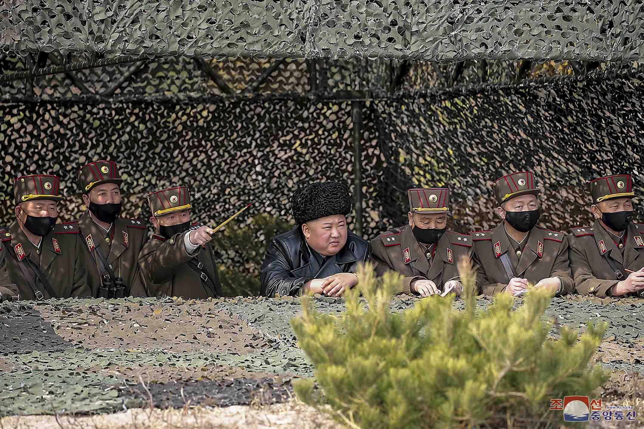2020年3月12日,北韓領導人金正恩在訓練場視察軍人習訓。 攝:KCNA via Reuters