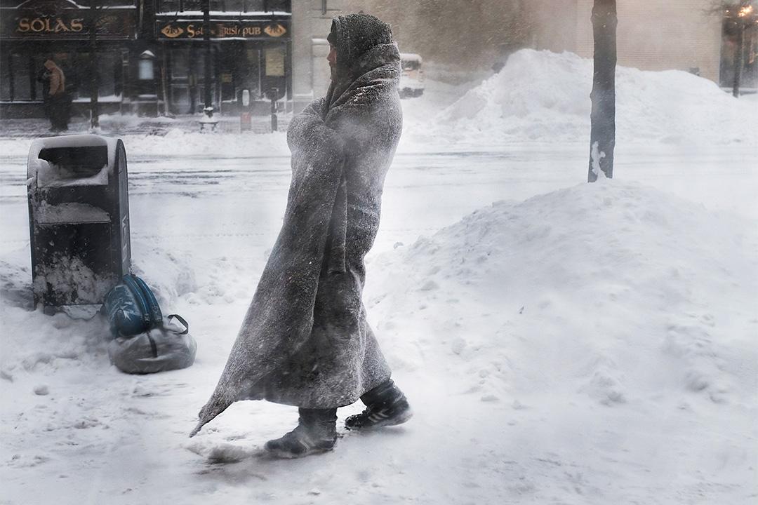 2018年1月4日美國波士頓,無家可歸的人在波士頓街道的一家咖啡店外面徘徊。