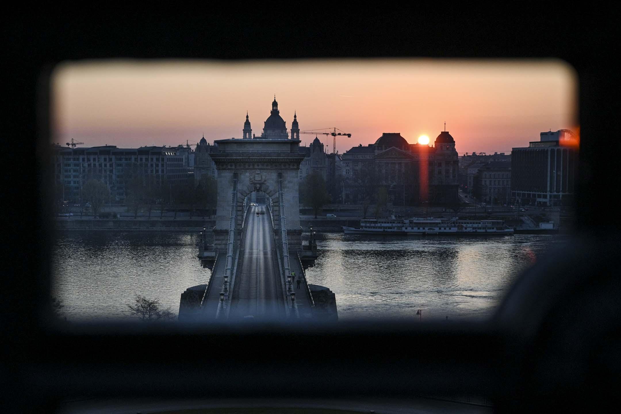 2020年4月3日布達佩斯的早晨,布達佩斯最古老的橋樑塞切尼鏈橋。 攝:Attila Kisbenedek/AFP via Getty Images