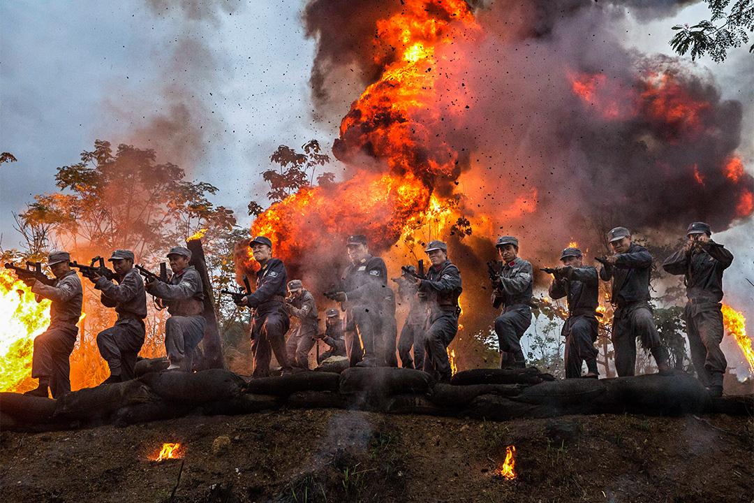 2015年8月11日中國杭州,中國國際電影節期間拍攝關於第二次世界大戰抗日戰爭電影,中國演員在一場爆炸場景中。